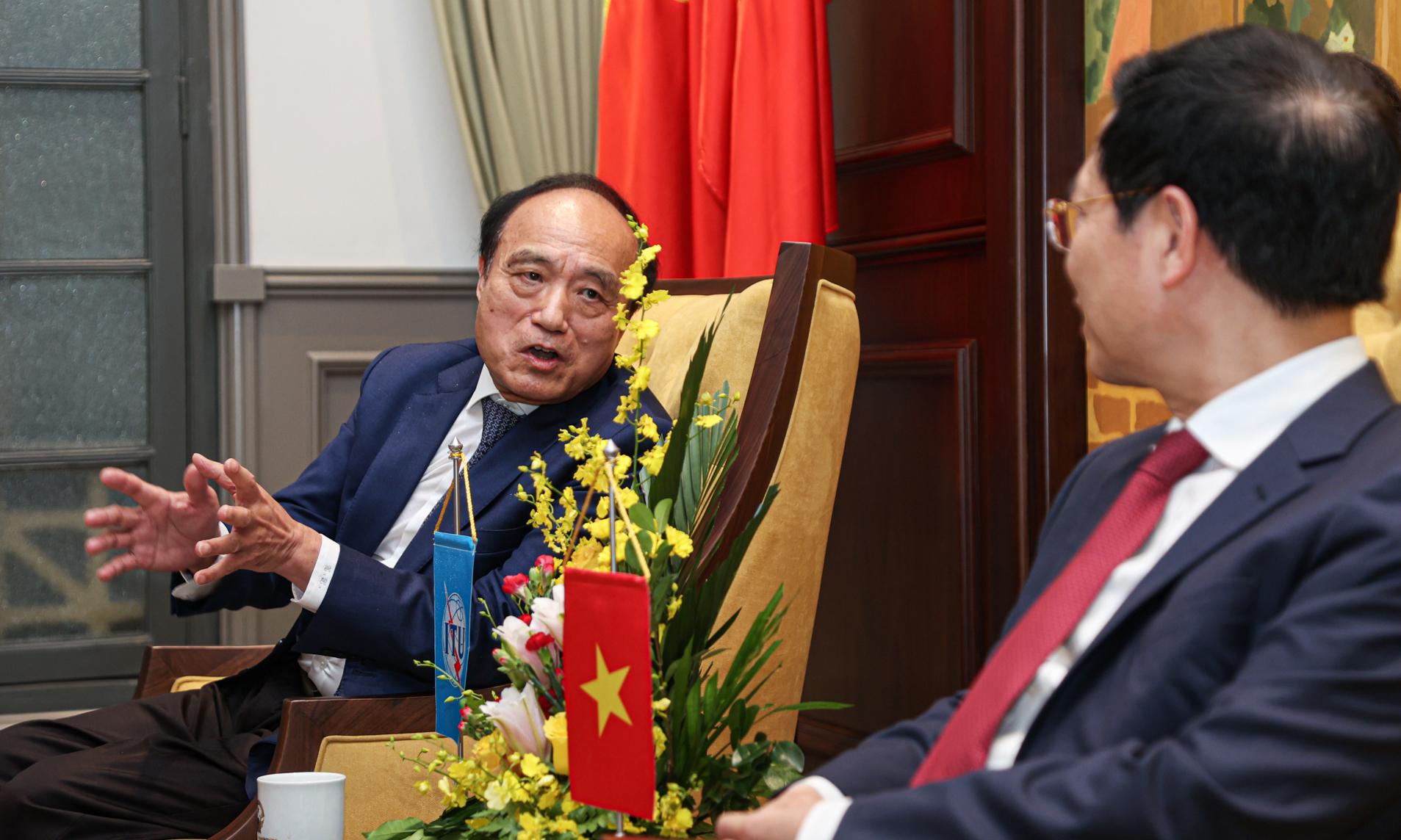 Ông Zhao Houlin - Tổng thư ký Liên minh Viễn thông Quốc tế trong buổi gặp Bộ trưởng Thông tin và Truyền thông Nguyễn Mạnh Hùng. Ảnh: Minh Sơn