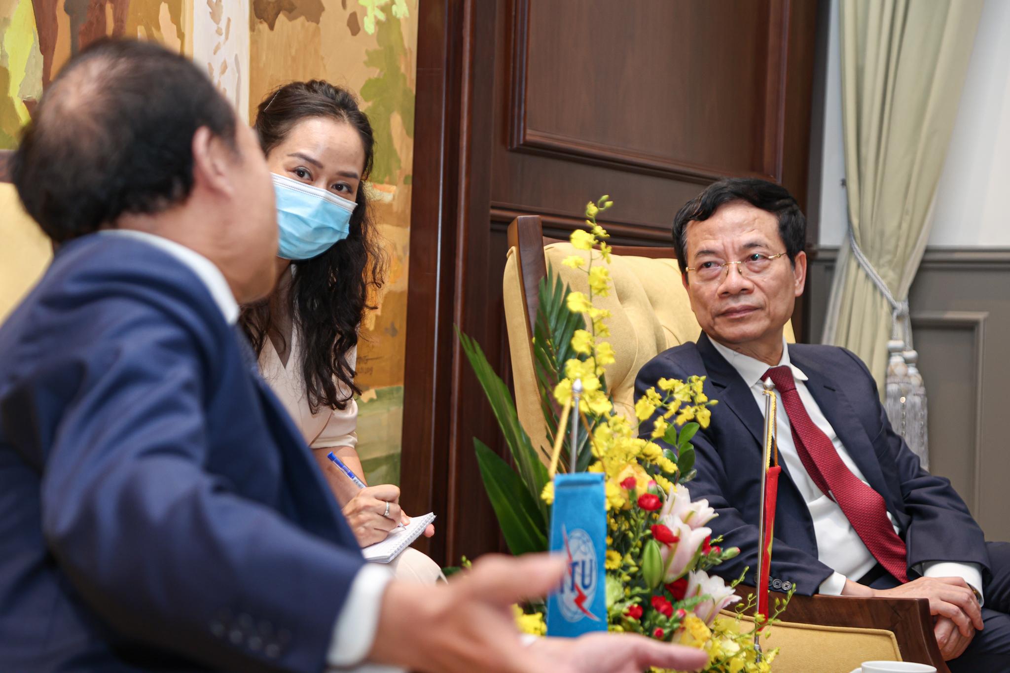 Bộ trưởng Thông tin và Truyền thông Nguyễn Mạnh Hùng trong buổi gặp đại diện ITU. Ảnh: Minh Sơn